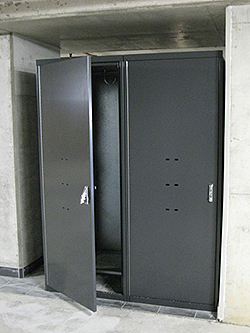 Vertical bicycle parking locker